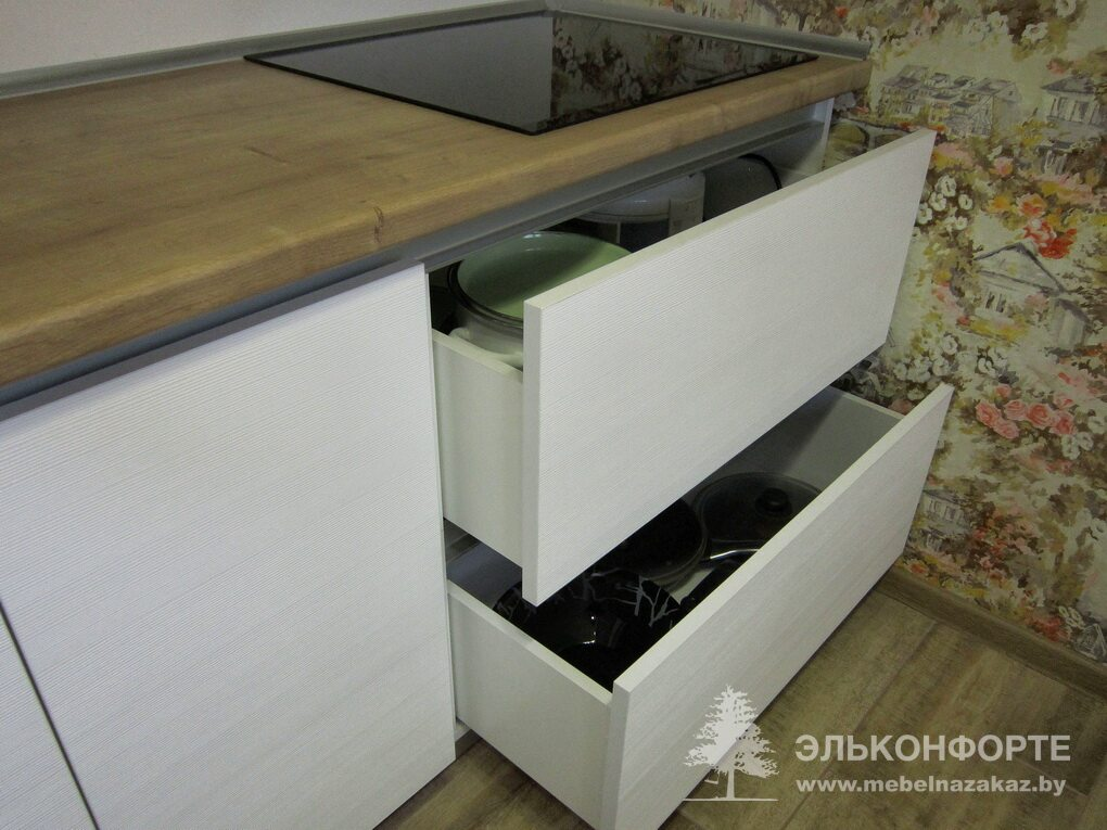 Белая линейная кухня Ньюбор
