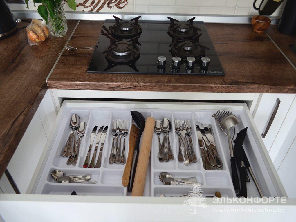 П-образная белая кухня Натали