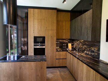 Угловая кухня с островом Лофт